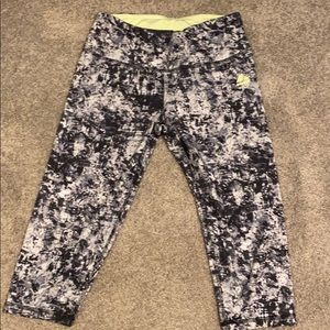 Black and white pattern cropped work out leggings
